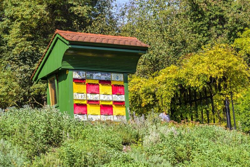 Colmeia de madeira colorida e pitoresca tradicional da abelha em Eslovênia fotografia de stock