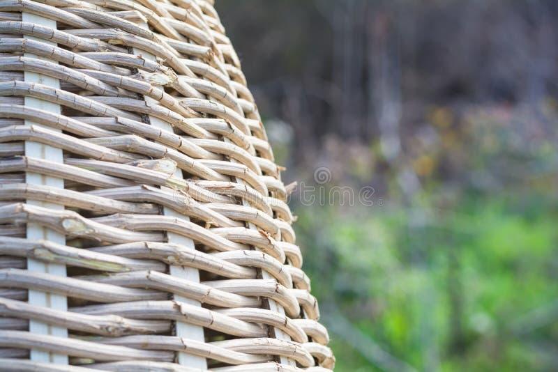 Colmena hecha a mano para capturar los enjambres de la abeja en naturaleza imagen de archivo