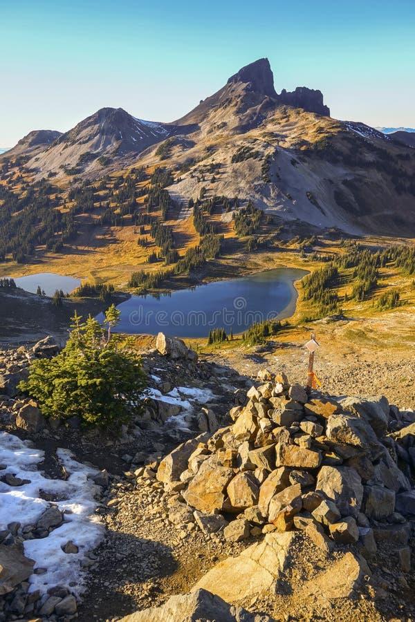 Colmillo negro Volcano Rock Landscape Blue Lake Garibaldi Park A.C. Canadá imágenes de archivo libres de regalías