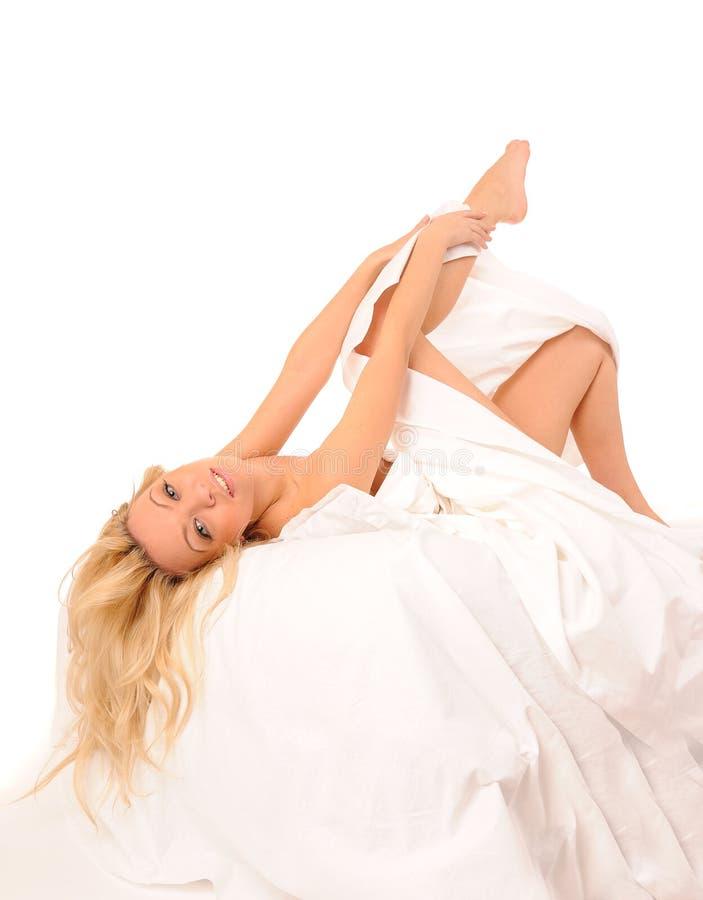 Colocação na mulher da cama fotografia de stock