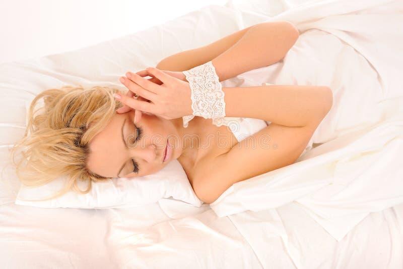 Colocação na mulher da cama imagens de stock