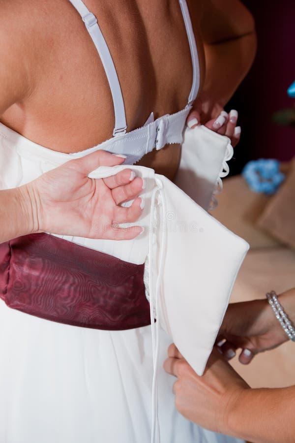 Colocação sobre um vestido de casamento fotos de stock