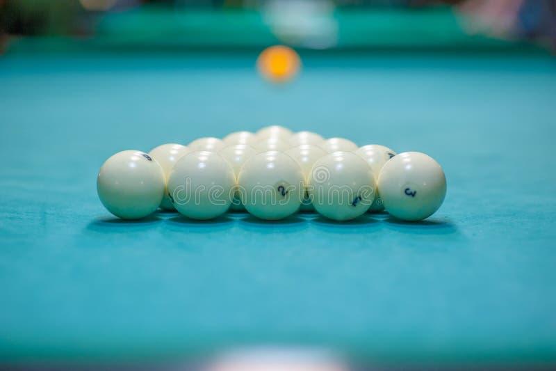 Colocación de bolas en una tabla de billar, preparación para una huelga Club de los billares fotos de archivo libres de regalías