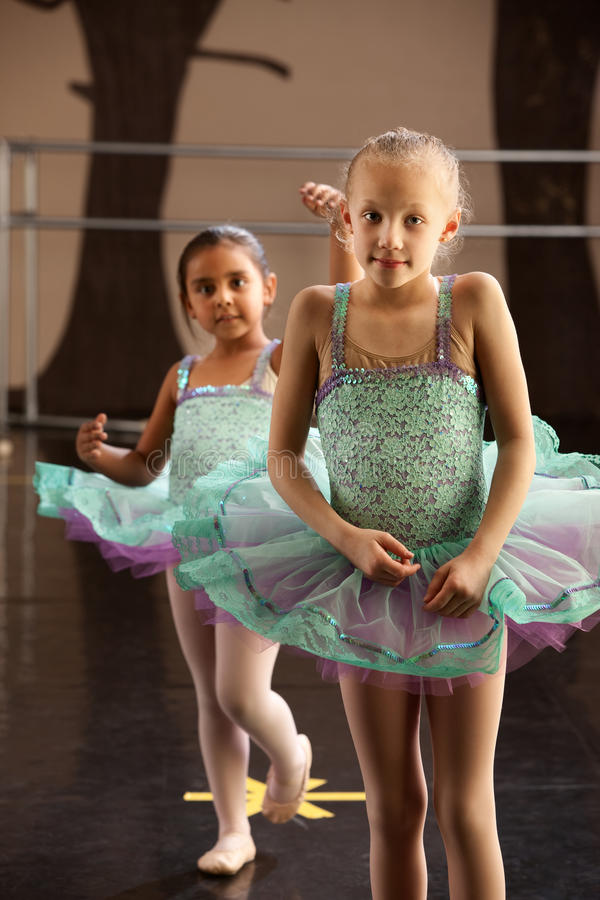 Colocación de dos bailarinas imágenes de archivo libres de regalías