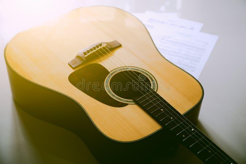 Colocación de la guitarra acústica imagen de archivo libre de regalías