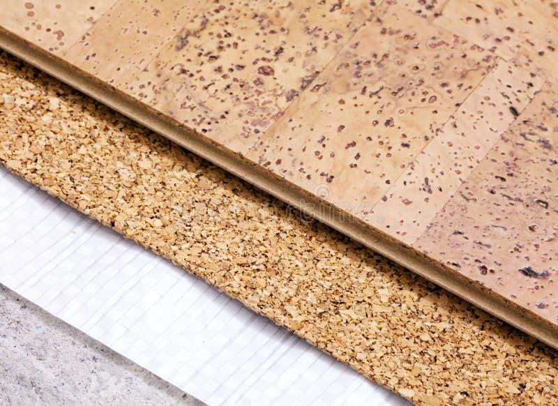 Colocación de la tecnología del suelo del corcho en base concreta fotografía de archivo