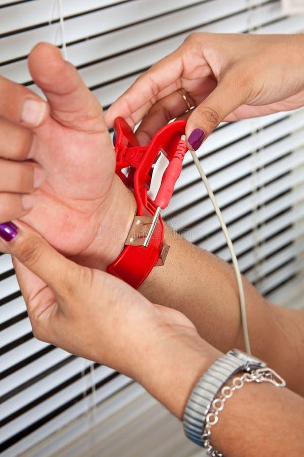 Colocación De Un Clip Del Electrodo Imagen de archivo - Imagen de ...
