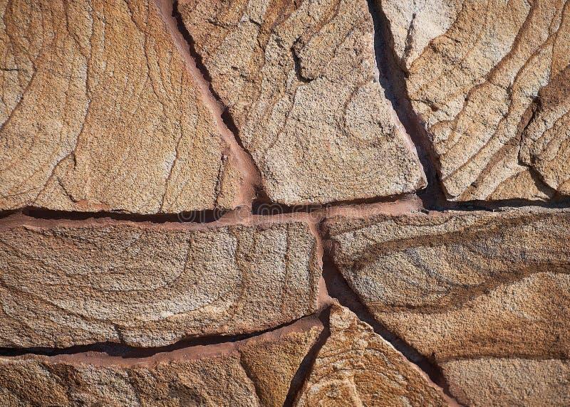 Colocación de una pared de una piedra natural fotografía de archivo