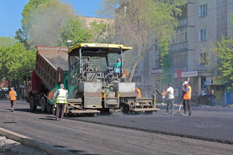 Colocación del asfalto en el pavimento imagenes de archivo