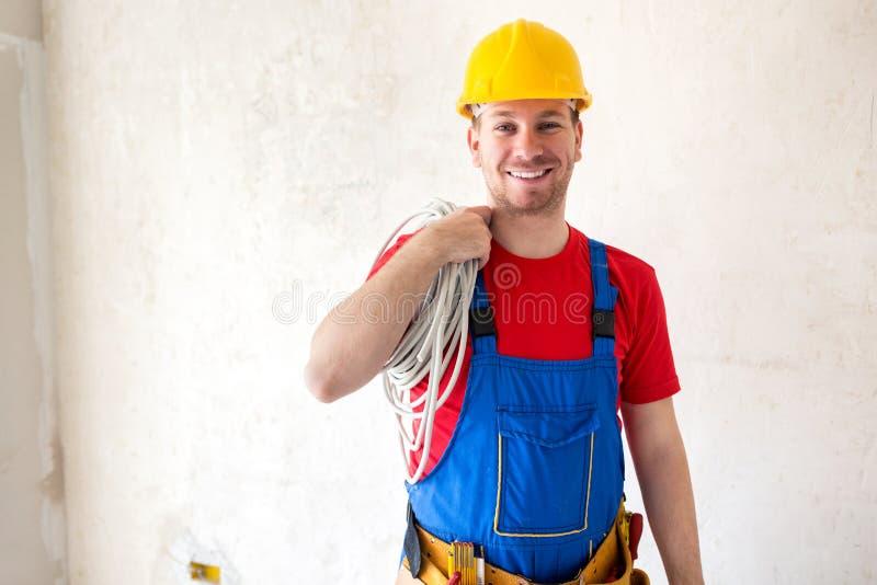 Colocación del cable eléctrico en trabajo fotografía de archivo