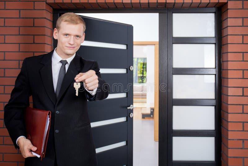 Colocación delante de puerta fotografía de archivo libre de regalías