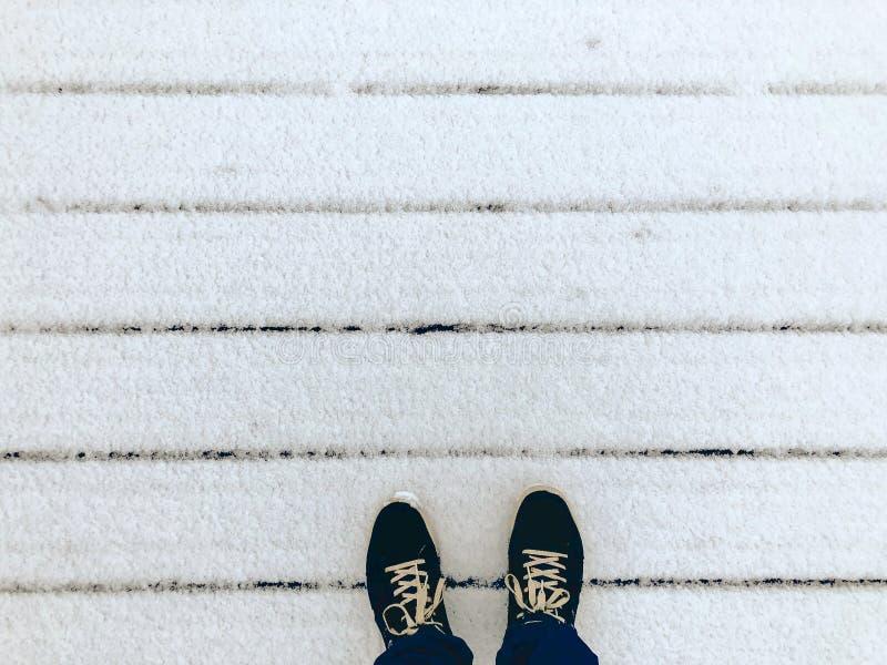 Colocación en el pórtico en la nieve fotografía de archivo