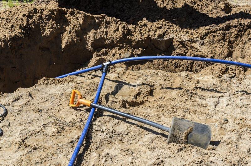 Colocaci?n y conexi?n de una manguera del agua para una casa privada el concepto de poner y de conectar el tubo de agua, manguera fotos de archivo