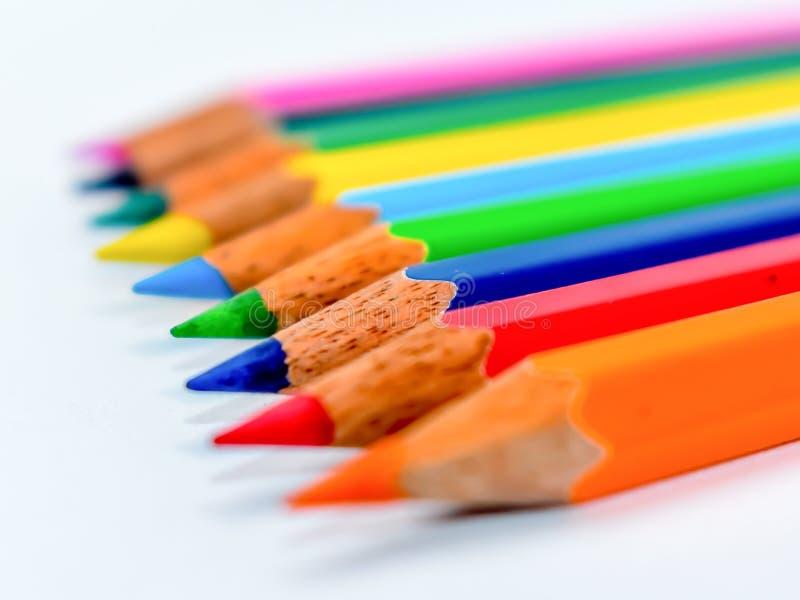 Colocaci?n hacia fuera del concepto de la muchedumbre Manojo de creyones coloreados multi clasificados de los l?pices en el arreg foto de archivo