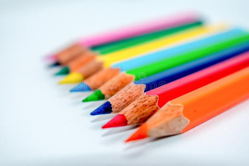 Colocaci?n hacia fuera del concepto de la muchedumbre Manojo de creyones coloreados multi clasificados de los l?pices en el arreg fotos de archivo libres de regalías