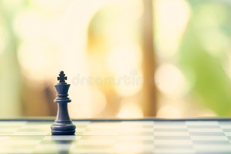 Colocan a rey Chess en un tablero de ajedrez el usar como concepto del negocio del fondo y concepto de la estrategia con el espac imagen de archivo