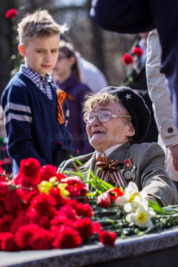 Colocando flores na chama eterno Dia da vitória Izhevsk, maio imagens de stock royalty free