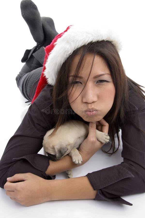 Colocando a mulher com chapéu e pug do Natal imagem de stock royalty free