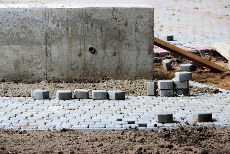 colocando pavimentos no quadrado de cidade, reparando o passeio e o quadrado imagem de stock