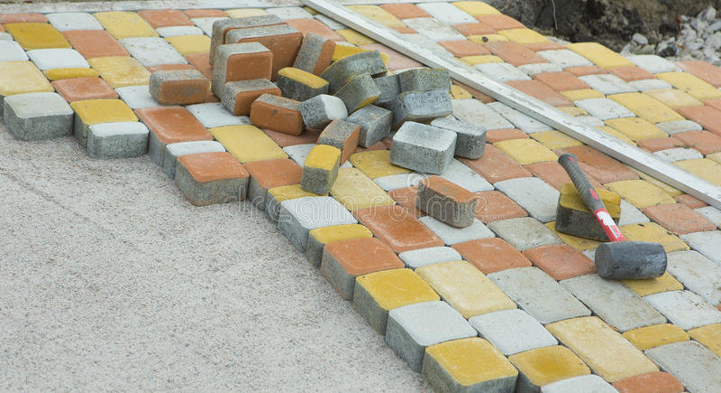 Colocando pavimentos pelo close-up do mosaico Estrada que pavimenta, constructio fotos de stock
