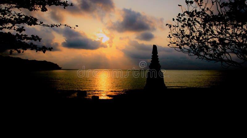 Coloful日落由海边的behinh stupa 库存图片
