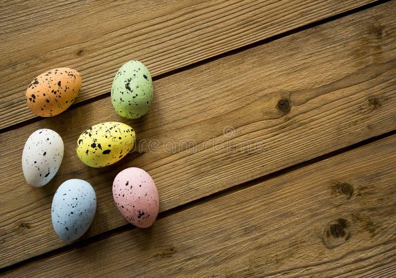 Пасхальные яйца на деревянном столе стоковые изображения