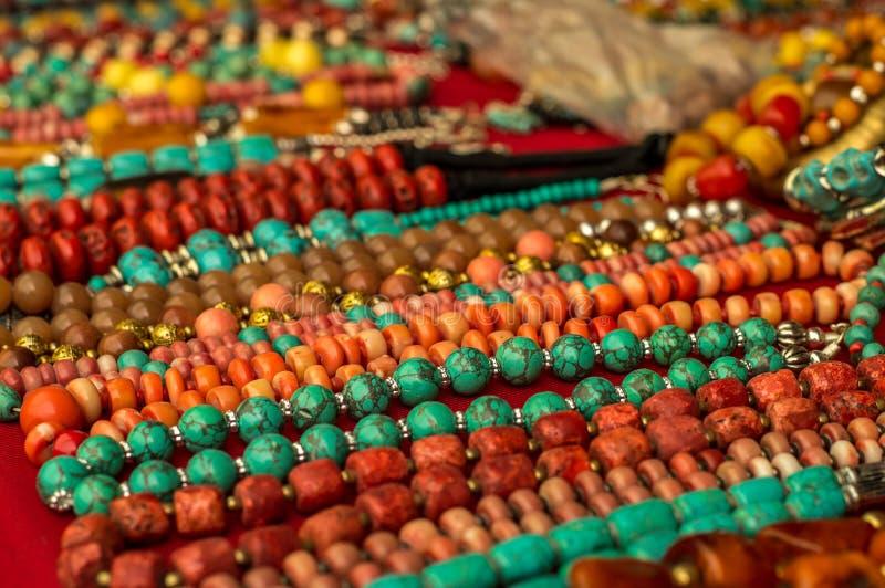 Coloful halsband som göras av gemstones arkivbild
