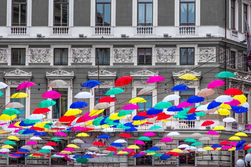 Coloful verschob die Regenschirme, die errichtenden Schwarzweiss-Hintergrund n hängen stockfotos
