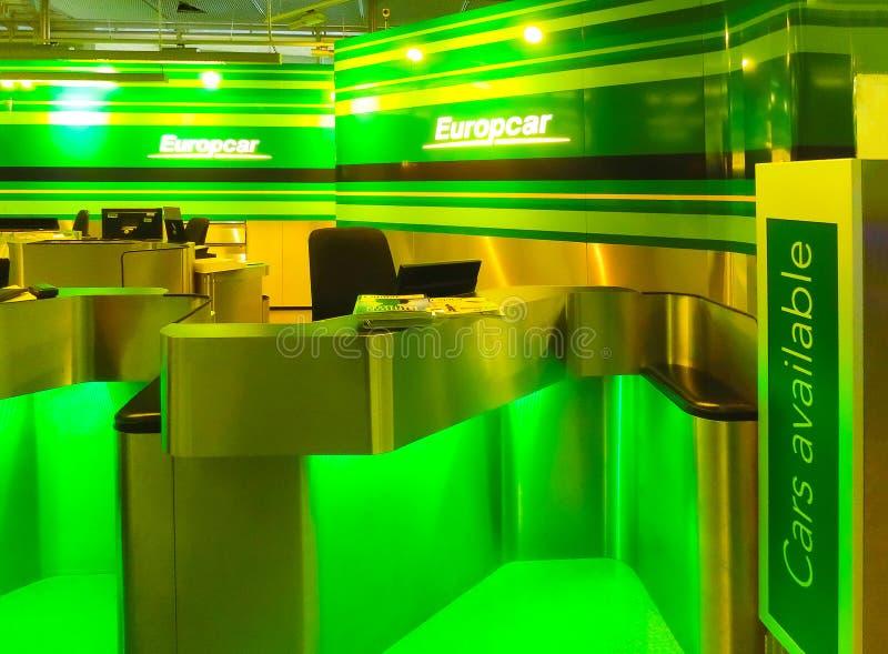 Cologne, Allemagne - 12 décembre 2017 : L'employé de location de voiture d'Europcar attend des clients à Francfort Hahn Airport d images libres de droits