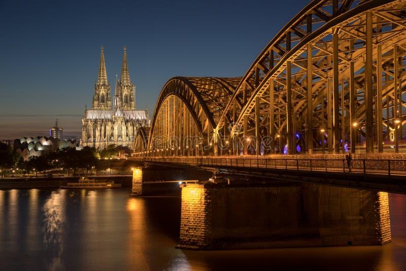 Cologne bro vid nattkupolen royaltyfria bilder