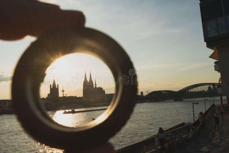 Cologne cityscape och landskap och horisont under solnedgångho ett cirkelmål arkivfoton