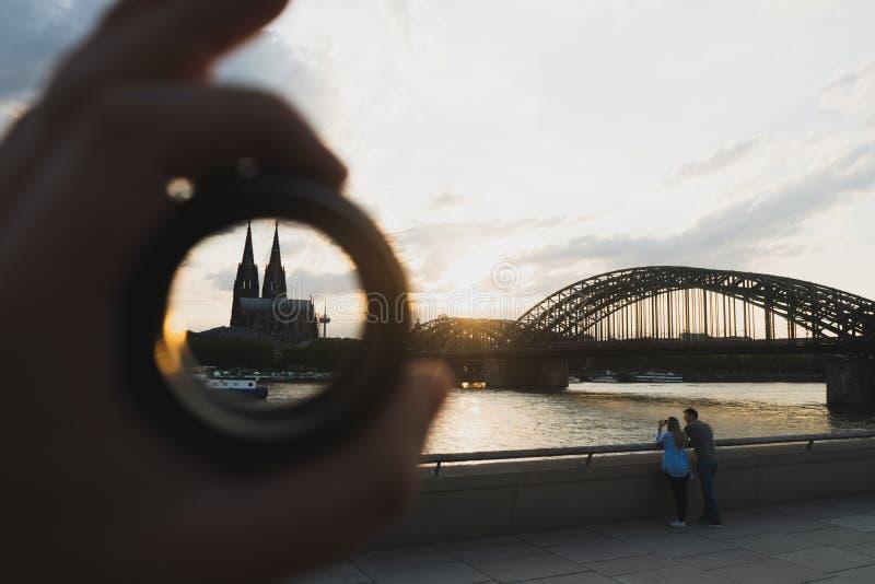Cologne cityscape och landskap och horisont under solnedgångho ett cirkelmål royaltyfri fotografi