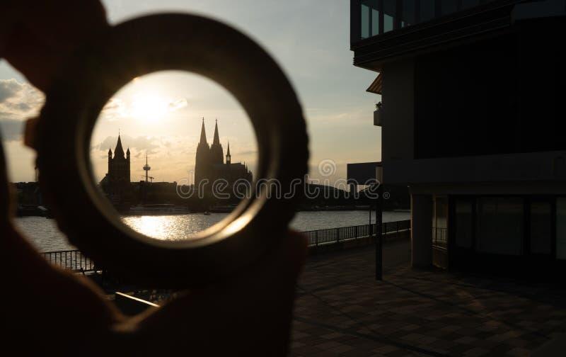 Cologne cityscape och landskap och horisont under solnedgångho ett cirkelmål arkivfoto