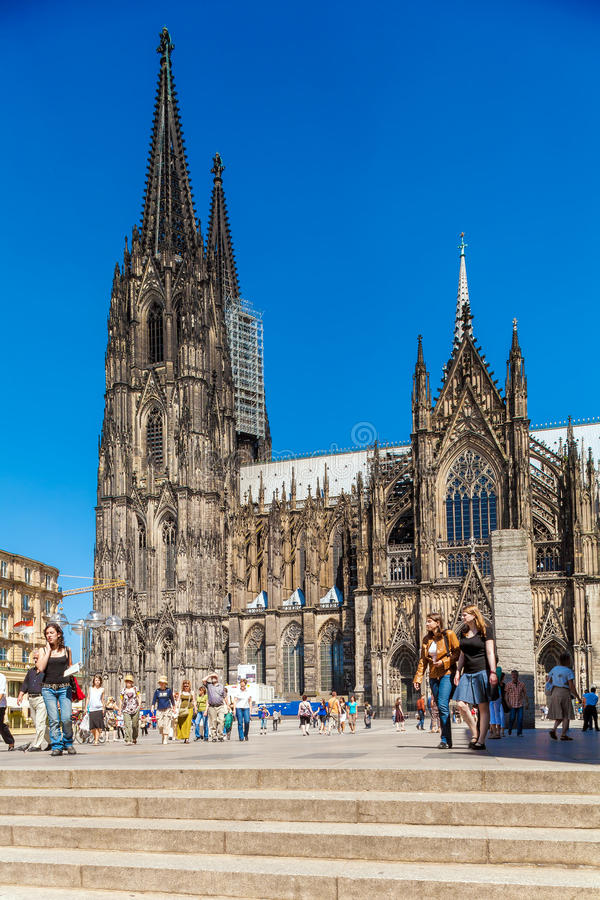 COLOGNE, GERMANY - APRIL 9, 2008: Tourists walk in front of Colo royalty free stock images