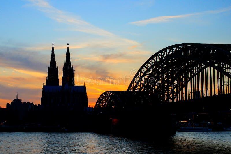 Cologne Koln Tyskland under solnedgång, Cologne bro med domkyrkan fotografering för bildbyråer