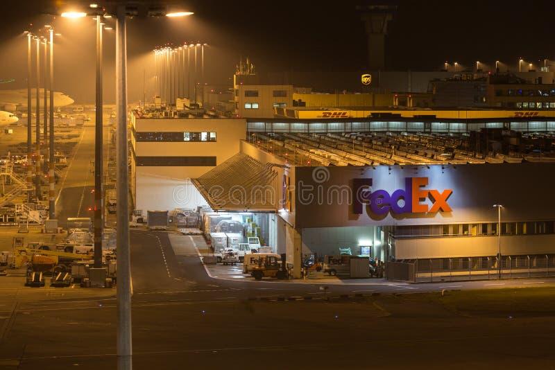 Cologne norr Rhen-Westphalia/Tyskland - 26 11 18: Federal Express lastterminal på flygplatseau-de-cologne bonn Tyskland på natten fotografering för bildbyråer