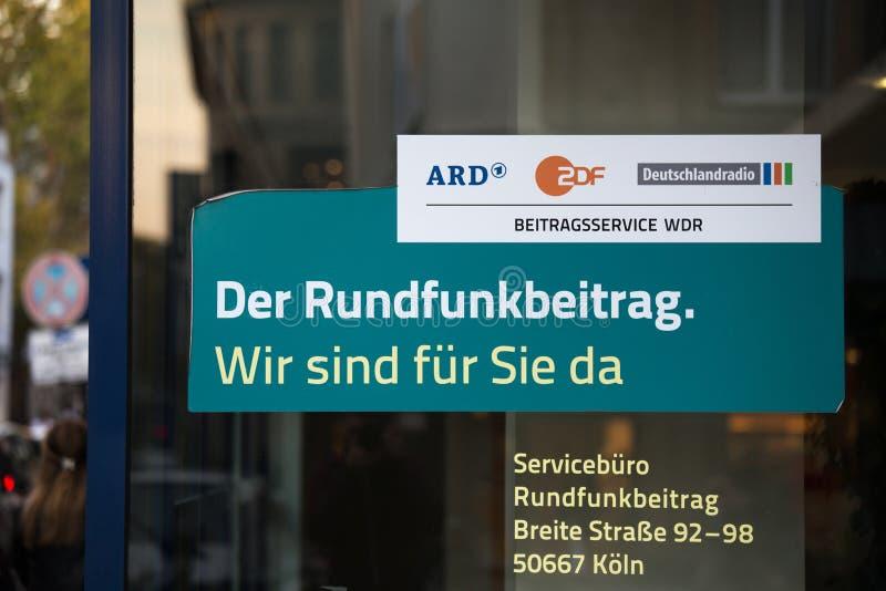 Cologne norr Rhen-Westphalia/Tyskland - 17 10 18: tysk tvavgiftrundfunkbeitrag undertecknar in eau-de-cologne Tyskland arkivbilder