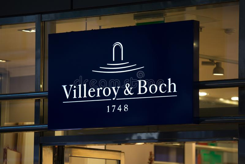Cologne norr Rhen-Westphalia/Tyskland - 17 10 18: villeroy & bochtecken på en byggnad i eau-de-cologne Tyskland royaltyfri fotografi