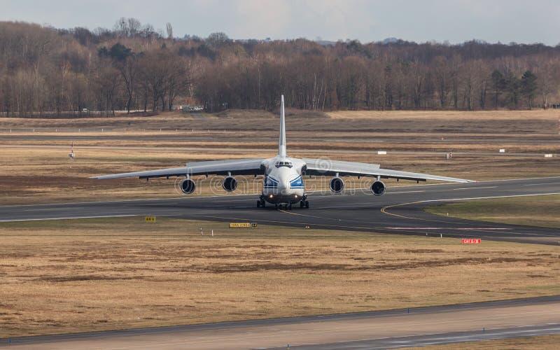 Cologne, nrw/Allemagne - 08 03 19 : avion de cargaison d'Antonov 124 à l'aéroport Allemagne de Bonn de cologne photographie stock libre de droits