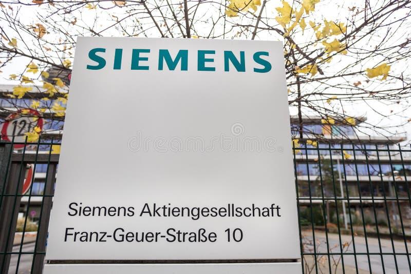 Cologne, Rhénanie-du-Nord-Westphalie/Allemagne - 02 12 18 : le bâtiment de Siemens signent dedans le cologne Allemagne image libre de droits