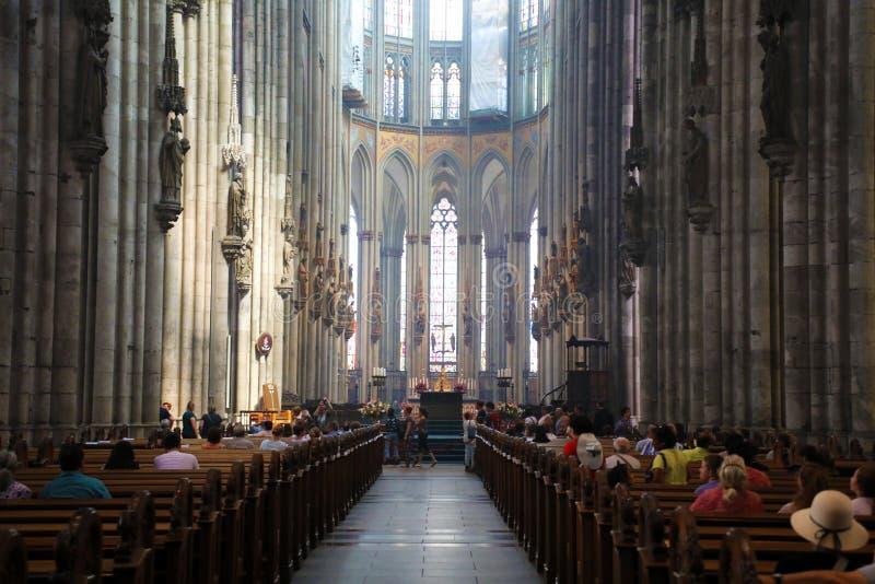 COLOGNE TYSKLAND - MAJ 31, 2018: Inre av den Cologne domkyrkan Romare - katolsk domkyrka i gotisk stil arkivfoton