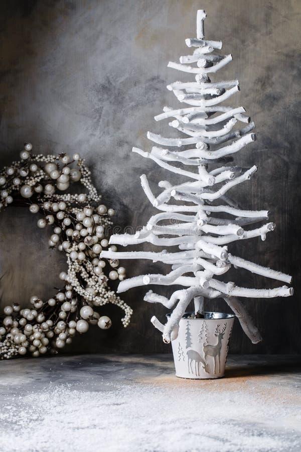 Colombes de chandelier d'arbre de guirlande de Noël sur un fond gris-foncé avec des divorces photos stock