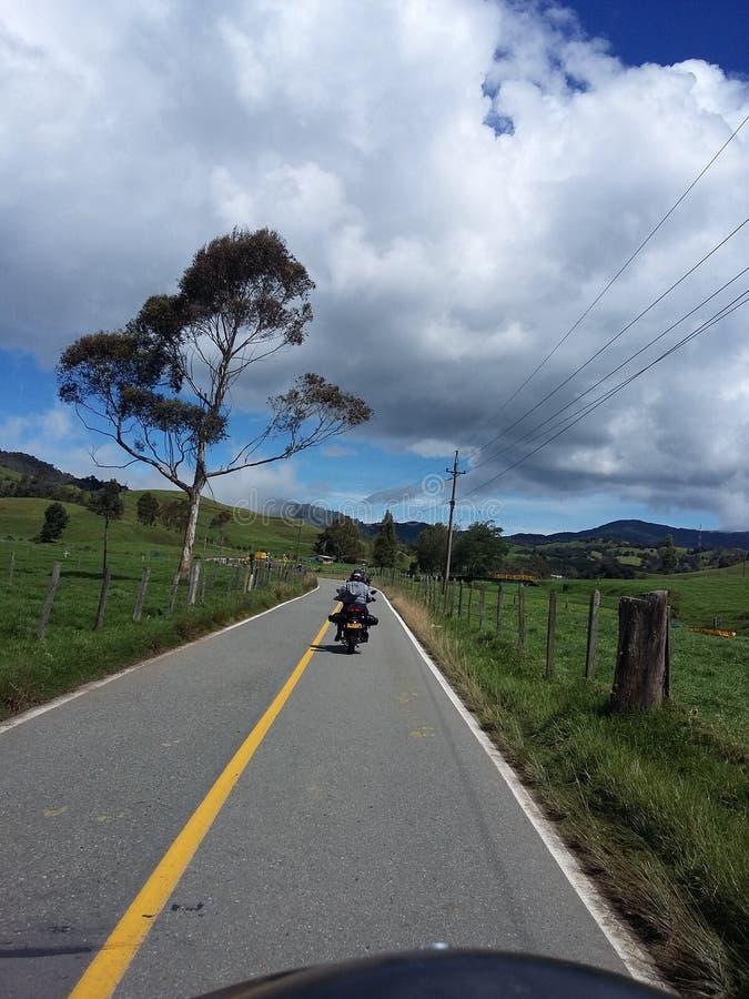 Colombiansk väg med motorcykeln arkivbild