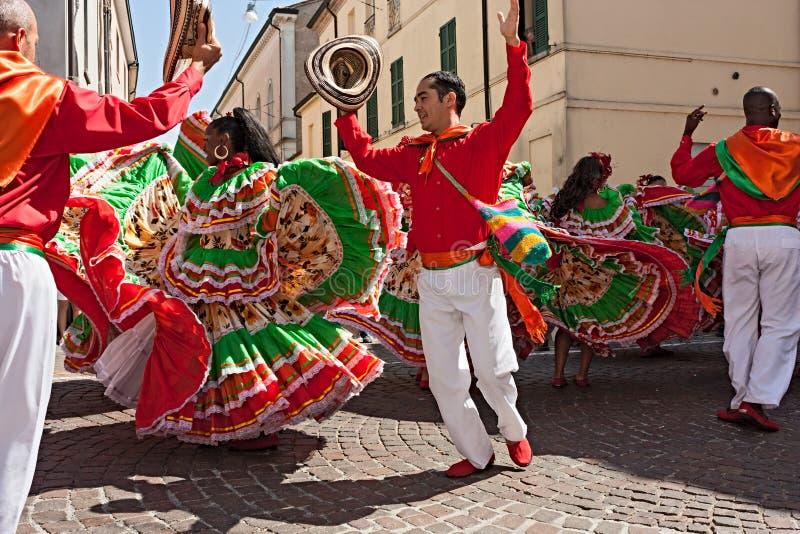 Colombianska dansare royaltyfria foton