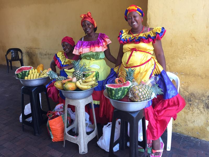 Colombianska kvinnor i traditionell kläder som säljer frukter på gata I royaltyfria bilder