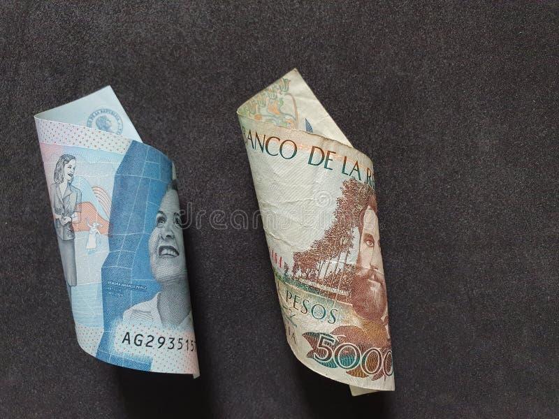 Colombianska sedlar av olika valörer och svart bakgrund royaltyfria foton