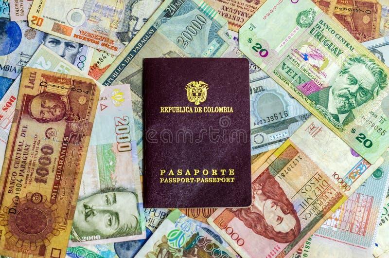 Colombianskt pass och pengar arkivfoton