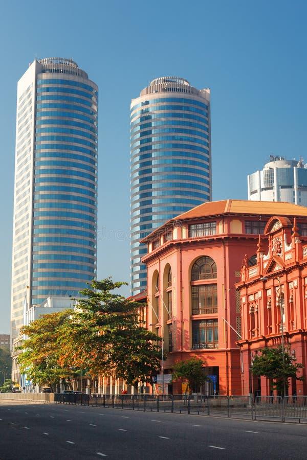 Colombo, Sri Lanka - 11 de febrero de 2017: El edificio rojo de Cargills y de Miller en la calle de York con los rascacielos del  imagenes de archivo
