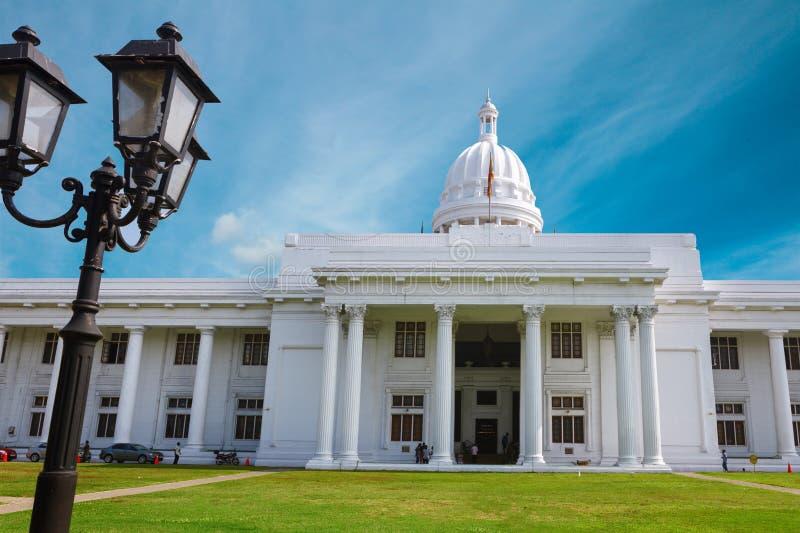 Colombo, Sri Lanka - 11 de febrero de 2017: Panorama del edificio de la Colonial-era de la casa blanca constructiva del parlament fotografía de archivo libre de regalías