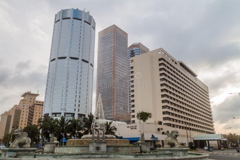 COLOMBO, SRI LANKA - 26 DE JULIO DE 2016: La construcción del banco de Ceilán, hotel de Galadari y Galle hace frente al cruce gir imagenes de archivo